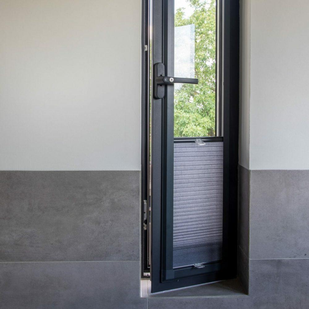 duette-gordijn-bij-een-smal-raam-1350x1350