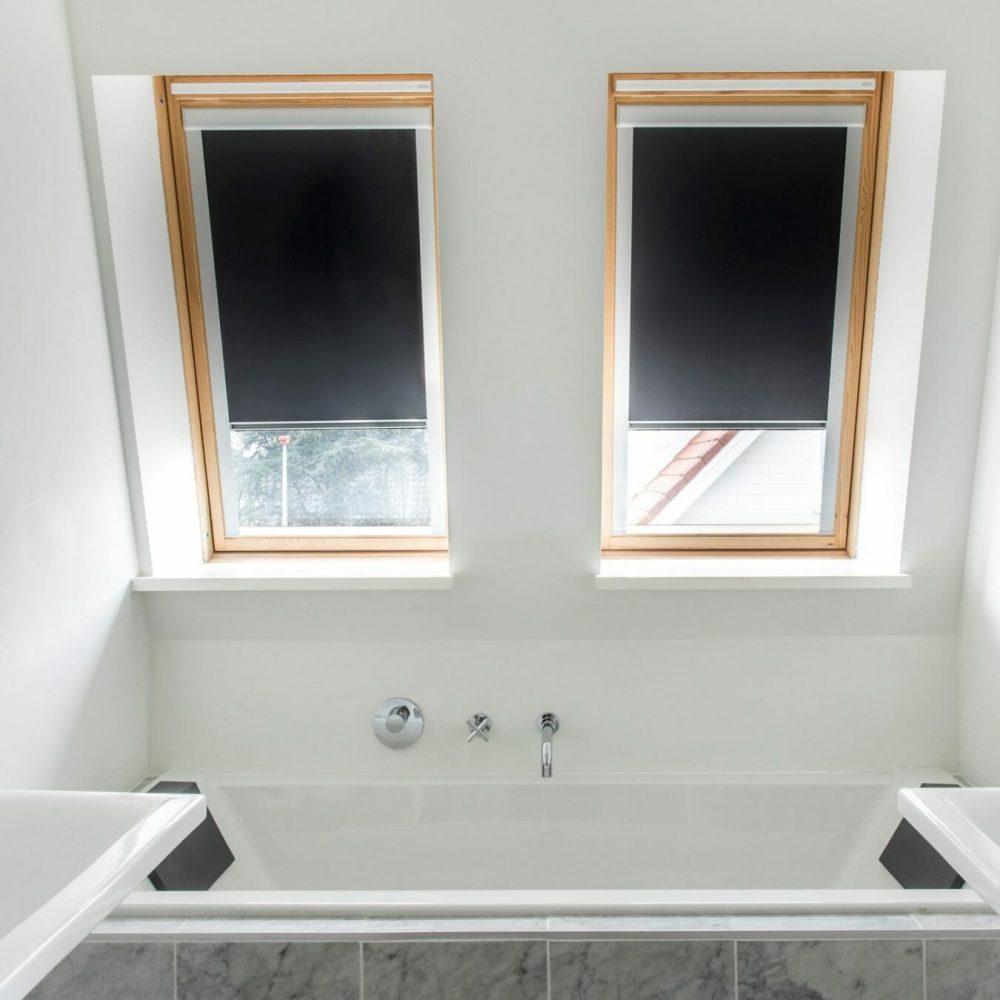 rolgordijn-voor-het-dakraam-in-de-badkamer-1350x1350