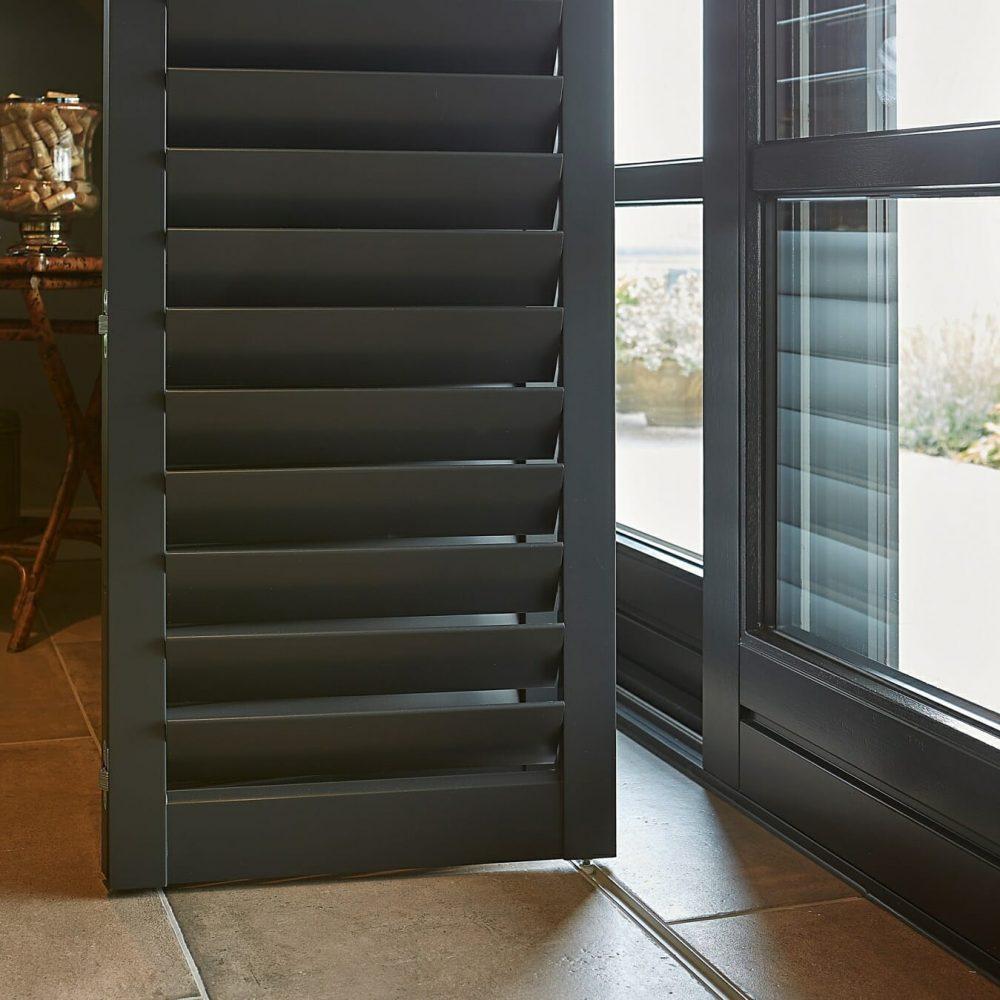 donkere-zonnelux-shutters-vouwrailsysteem-detail-1350x1349
